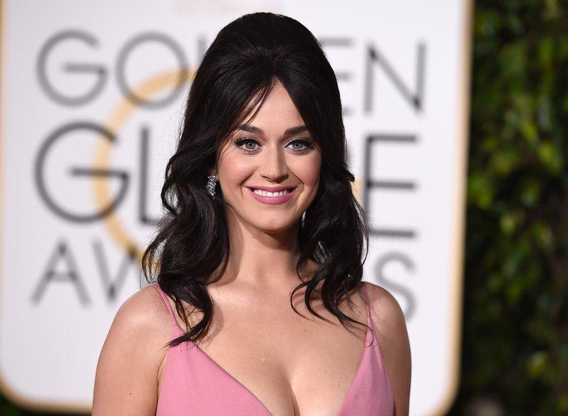 Katy Perry faz doação a estudantes de escola pública