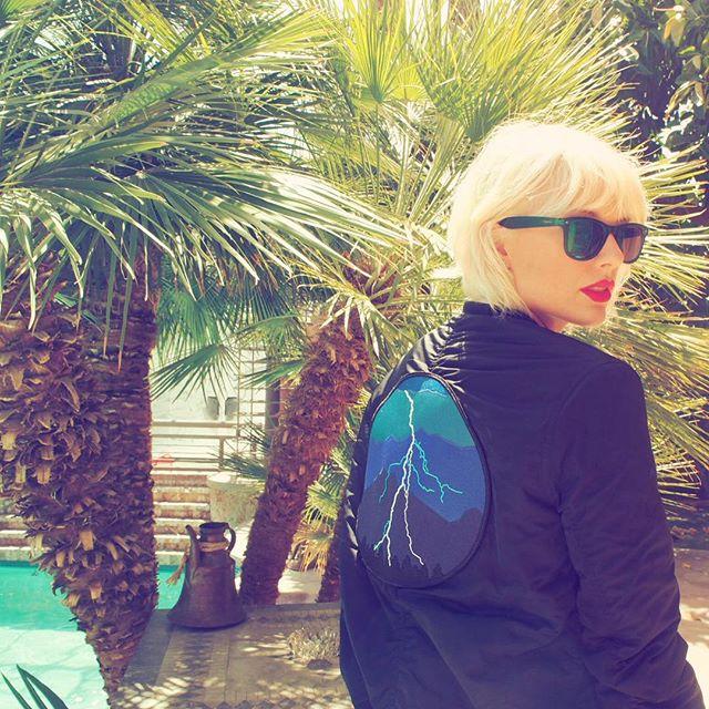 Taylor Swift aparece com visual platinado no Coachella