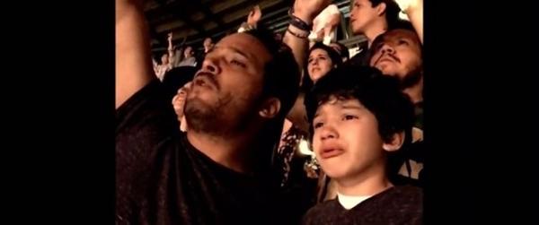 Pai filma filho autista ouvindo sua música favorita durante show do Coldplay