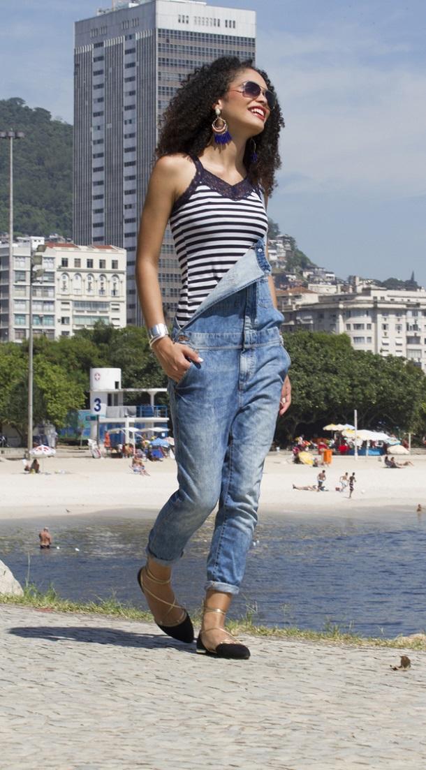 modelo com macacão jeans