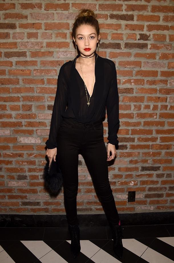 Gigi Hadid usando um look monocromático preto