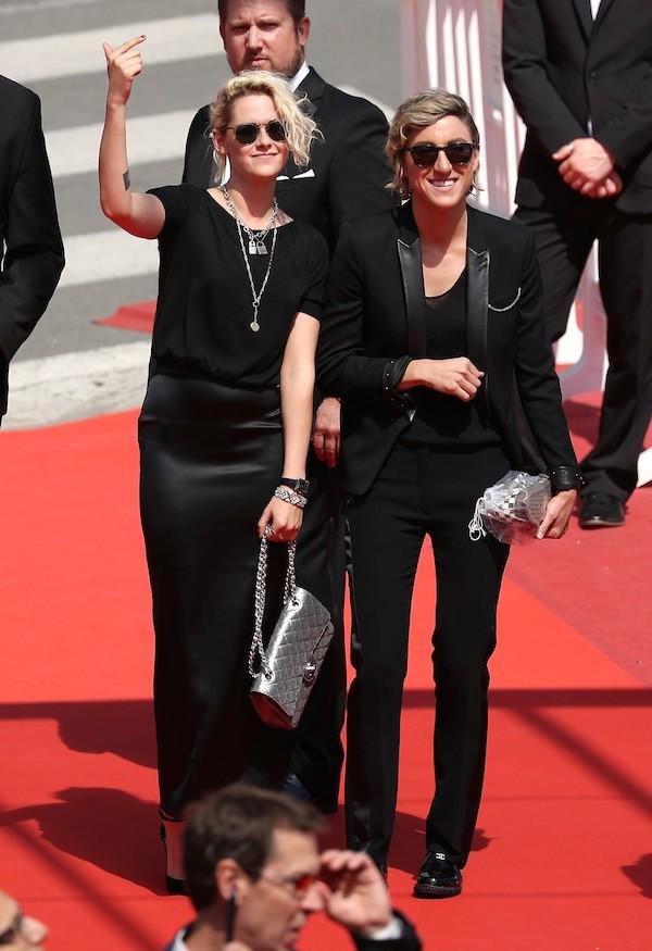 Kristen Stewart de mãos dadas com Alice Cargile