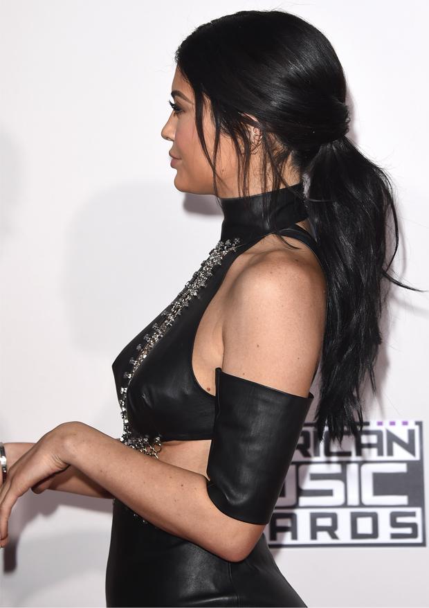 Kylie Jenner com rabo de cavalo