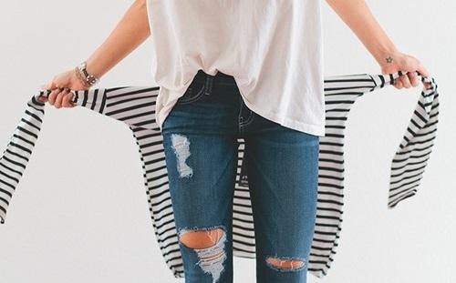 Look Minimalista calça jeans rasgada e blusa listrada