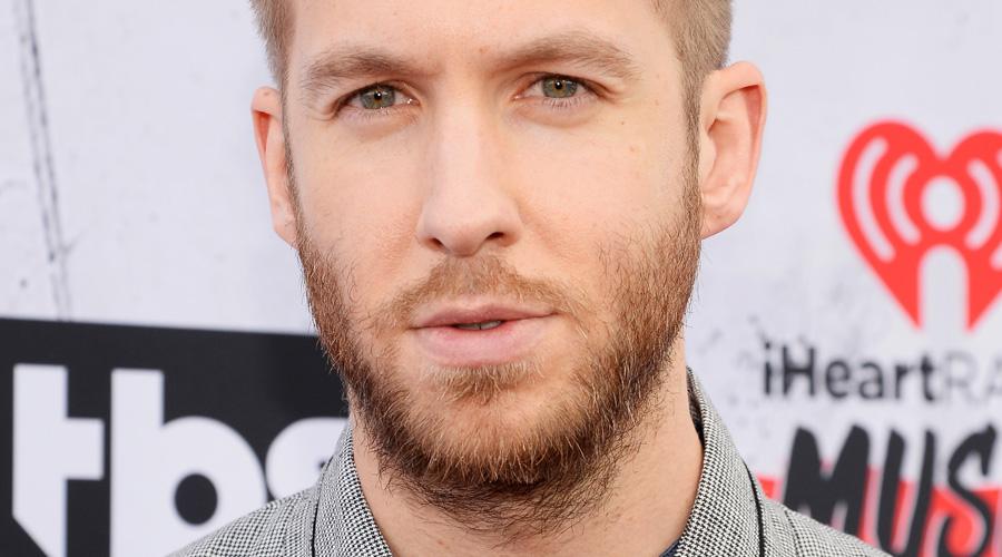 Calvin Harris com blusa cinza