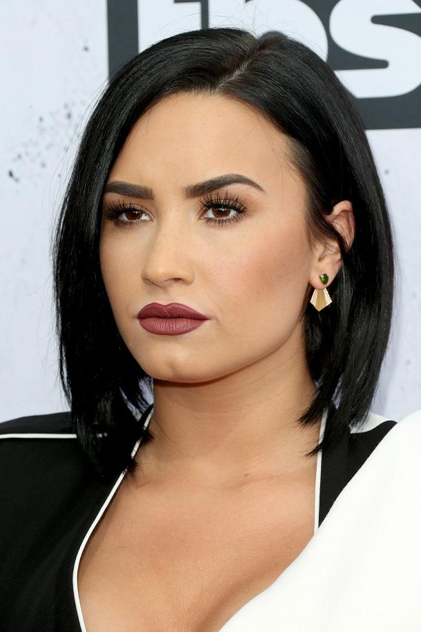 Demi Lovato batom marrom