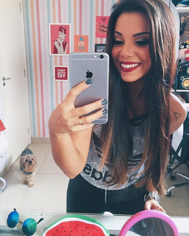 Evelyn fazendo selfie no espelho