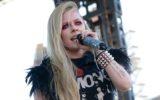 Avril Lavigne cheia de acessórios representando o dia do rock