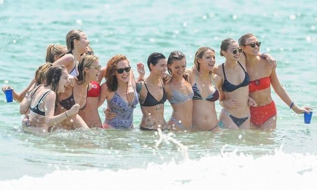 Taylor swift e amigos na casa de praia