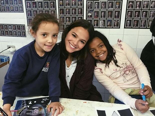 Bruna Marquezine e crianças da Casa do Zezinho