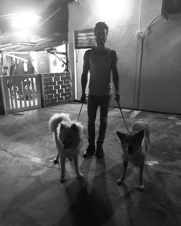 Tiago com cachorros