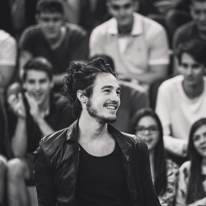 Tiago Iorc sorrindo