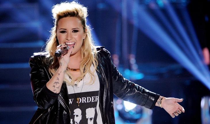 Demi Lovato com jaqueta de couro