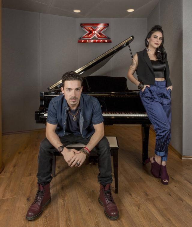 Alinne Rosa e Di Ferrero em um piano do X Factor Brasil
