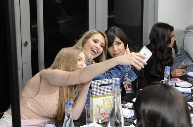 luísa sonza, foquinha e cacau lemos tirando selfie