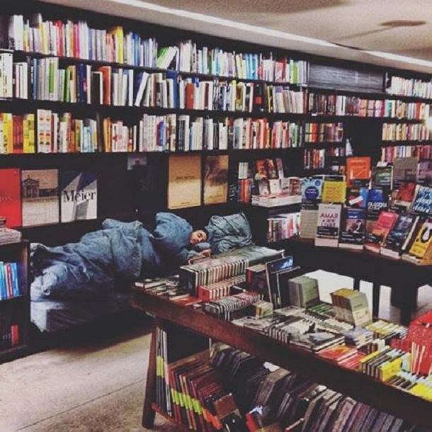 tiago dormindo em livraria