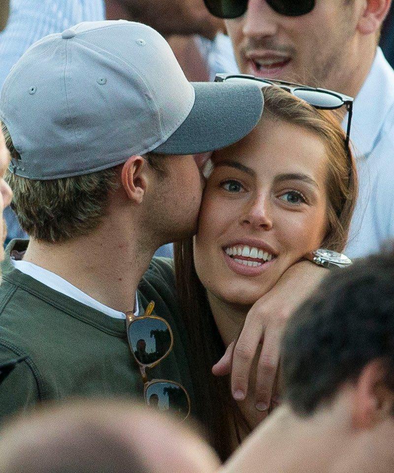 Niall Horan e Celine se beijando no festival