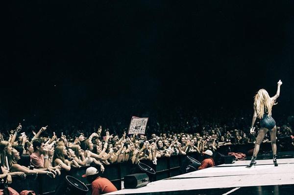 Selena Gomez desabafa em show na Indonésia