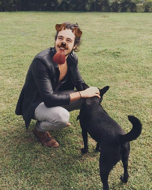 Tiago brincando com cachorro
