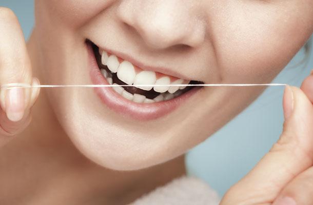 Sorriso com fio dental