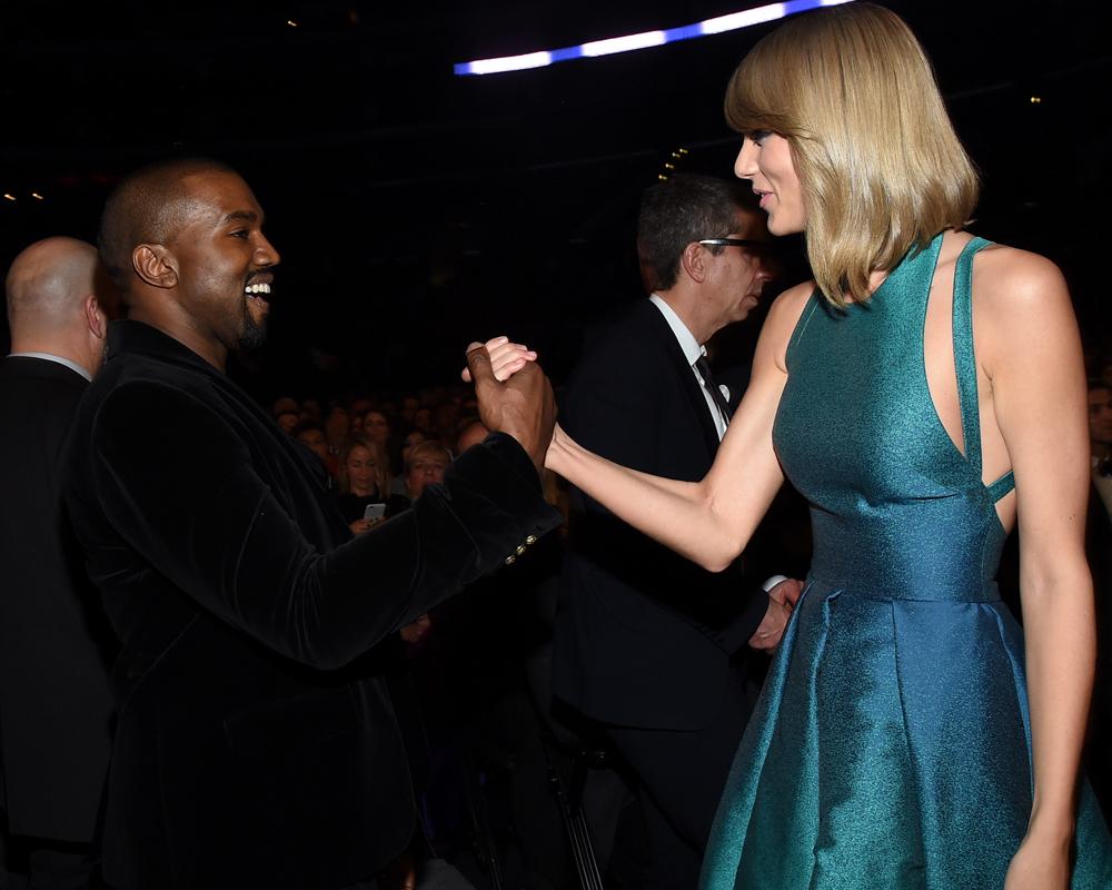 Kanye West e Taylor Swift dando as mãos no Grammy