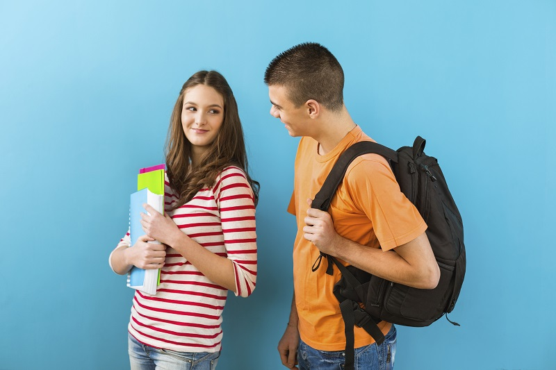 foto casal no colégio