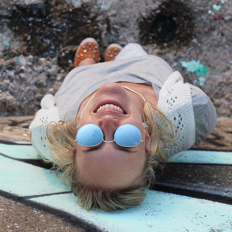Annie de óculos de sol olhando pra cima