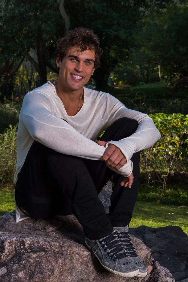 Felipe Roque sentado num jardim