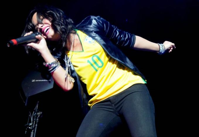 Demi lovato com a camiseta do brasil
