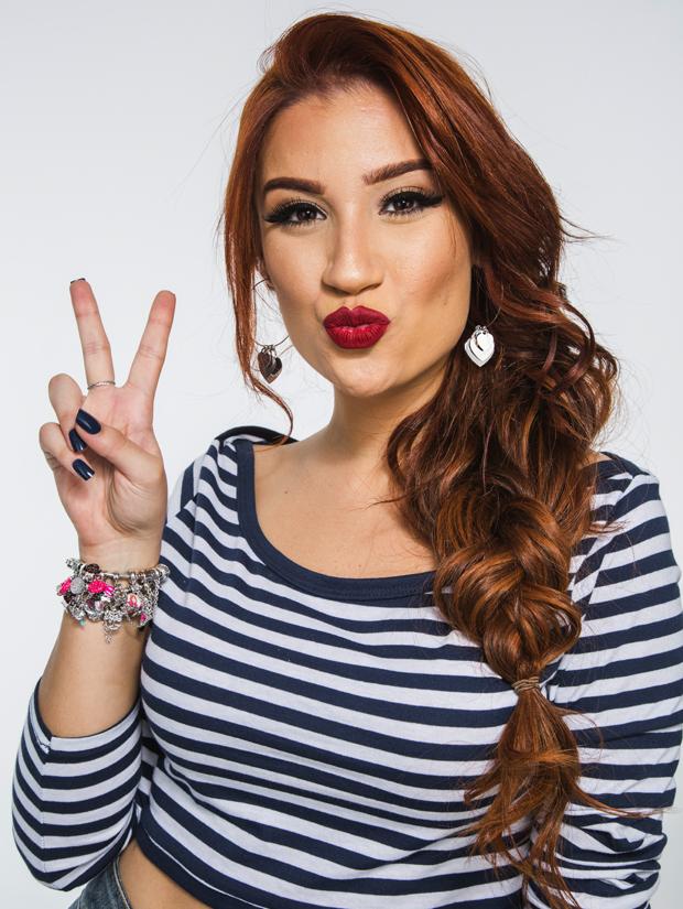 Bianca Andrade em um make para colégio com boca vermelha