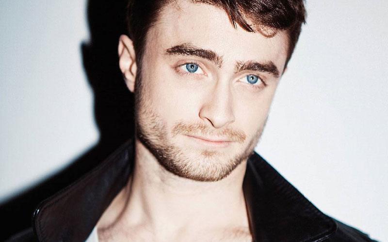 Daniel Radcliffe com jaqueta preta e blusa branca