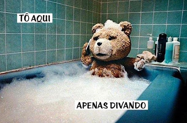 urso tomando banho