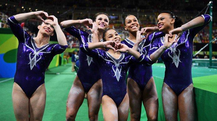 Ginastas brasileiras mandando coração nas olimpíadas