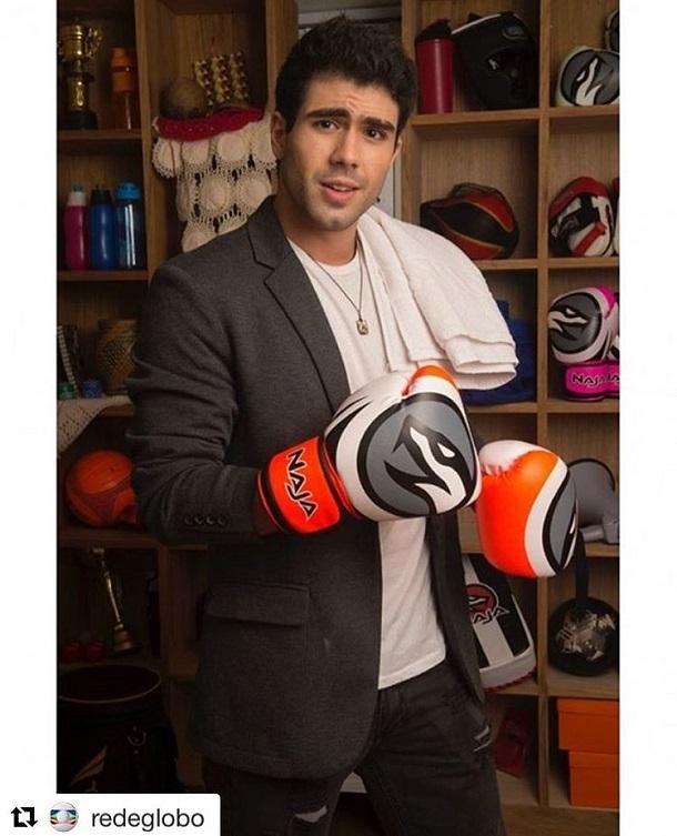 Ator Juliano Laham com luvas de boxe