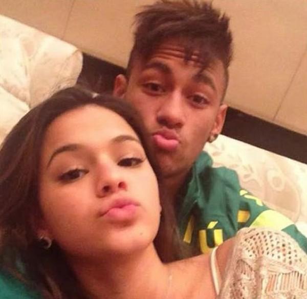 8fa948d538b Neymar dá abraço fofo em Bruna Marquezine depois de vencer jogo