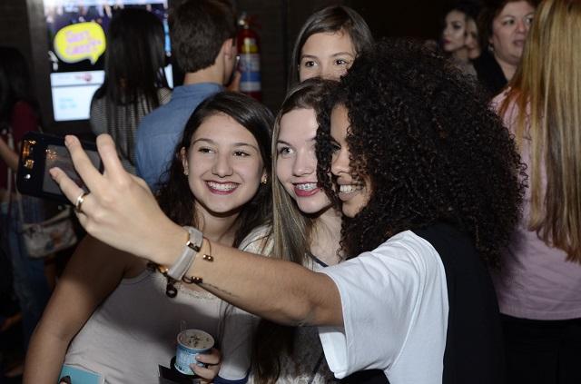 Raíza Nicácio tirando selfie