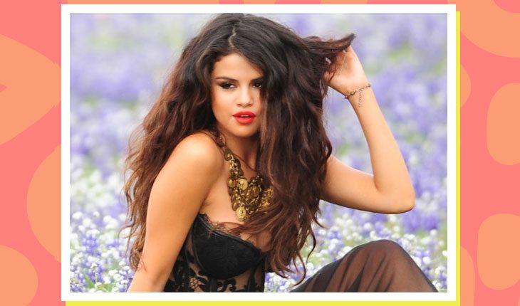 Selena Gomez vestida de preto em meio a campo de lavandas