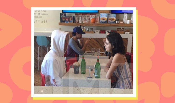 Selena Gomez e Justin Bieber conversando em café