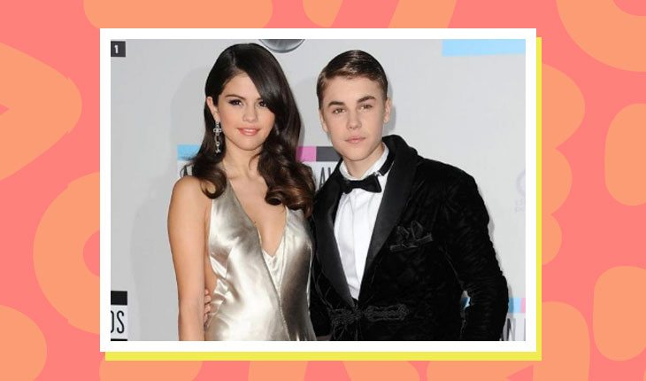 Selena Gomez e Justin Bieber em tapete vermelho de evento