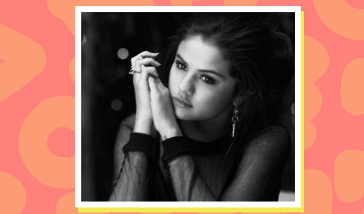 Selena Gomez em preto e branco