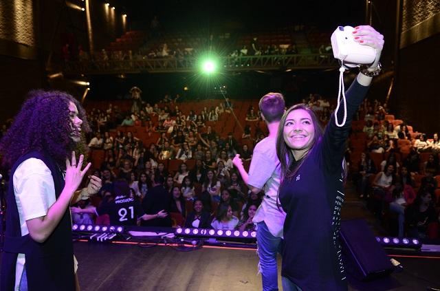 Dani Russo tirando selfie com Instax no festival todateen