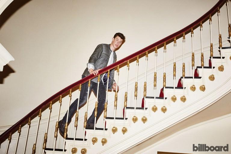 Shawn Mendes na escada