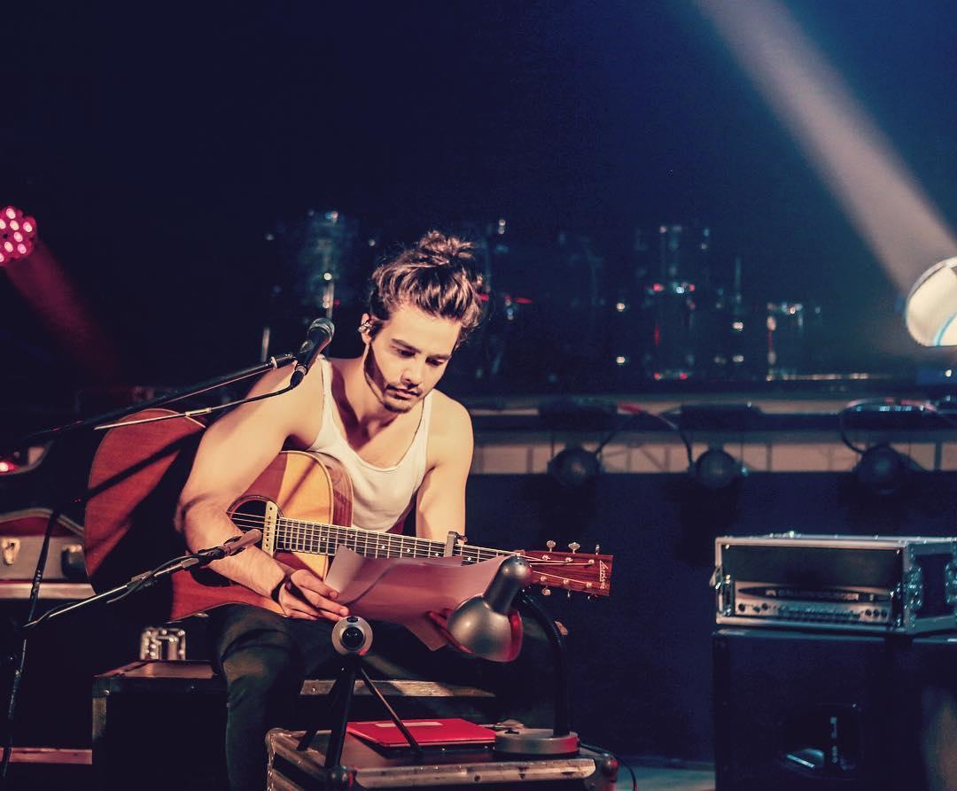 Tiago Iorc tocando violão