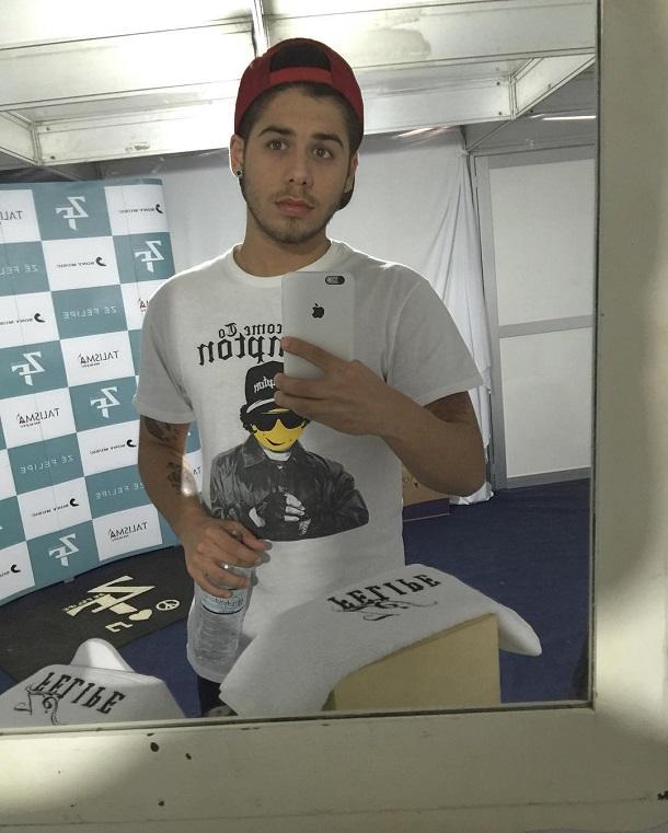Zé Felipe tirando selfie