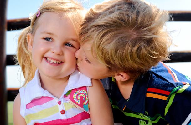 Menininho beijando menininha