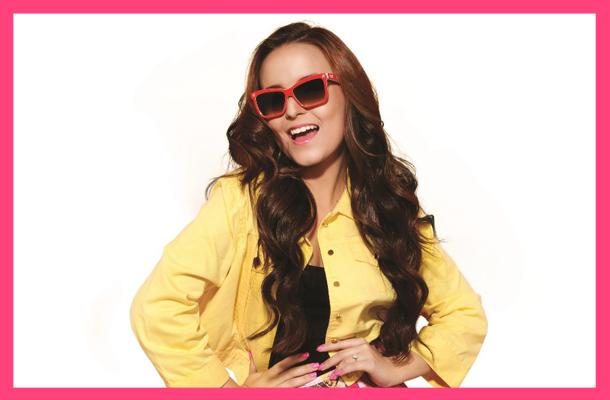 Larissa Manoela sorrindo e de óculos