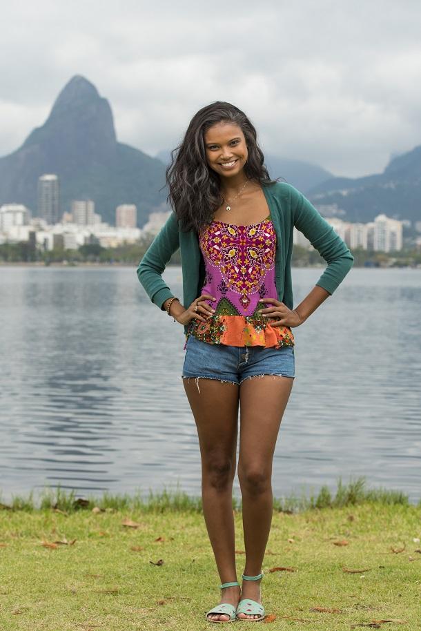 Aline Dias, sorrindo, em pé, no Rio de Janeiro
