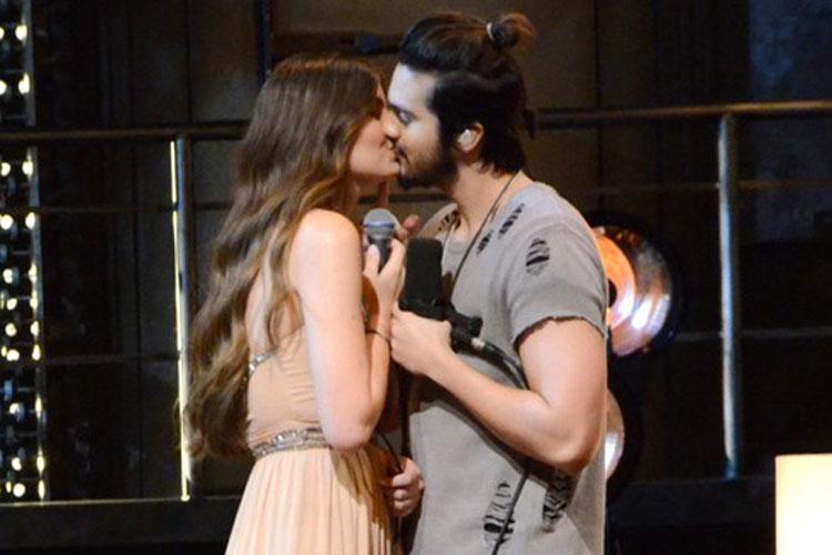 Camila Queiroz e Luan Santana se beijando