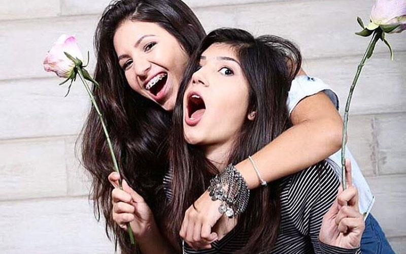 beleza teen uma em cima da outra rindo