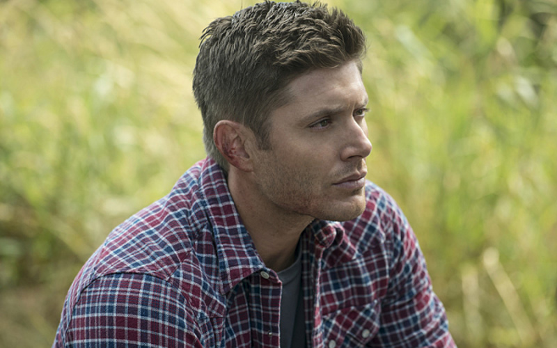 dean de supernatural sentado no gramado
